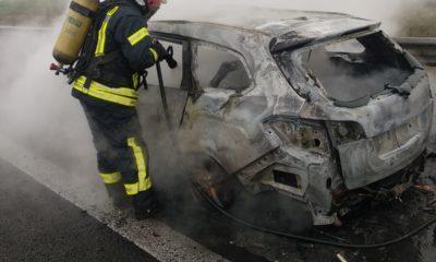 autoturism distrus de flacari